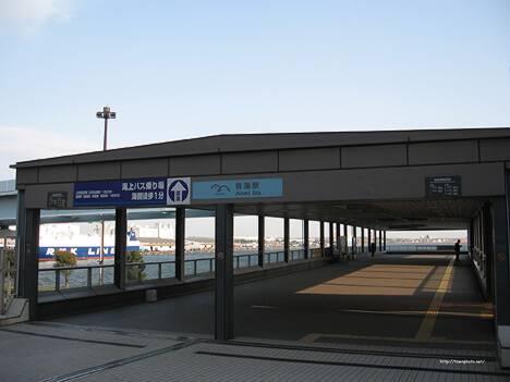 反対向き。海が見えてステキなパレットタウン側の青海駅入口。 北へ進み、パレットタウンを抜けた正面